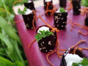 Randenröllchen mit Meerrettich-Thymian-Frischkäse und marinierten Karottenbändern